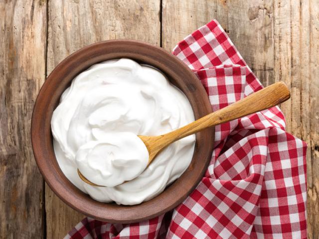 Égető kérdésre keressük a választ: mit kezdjünk a tejföl tetején megjelenő folyadékkal?