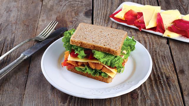 Édesburgonyás-sonkás szendvics szeletelt Ammerländer Tilsiter sajttal