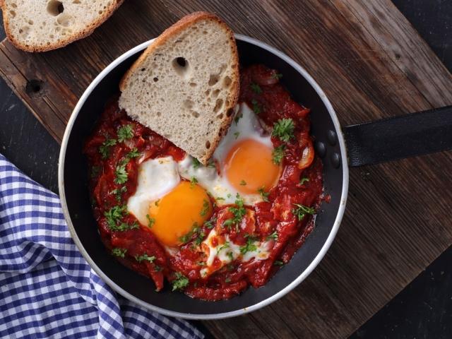 Fűszeres paradicsomszószban sült tojás