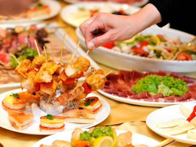 Svédasztalt, de gyorsan! Ha nincs sok időd főzni, akkor is fogadhatod pompás terülj-terülj asztallal a vendégeid