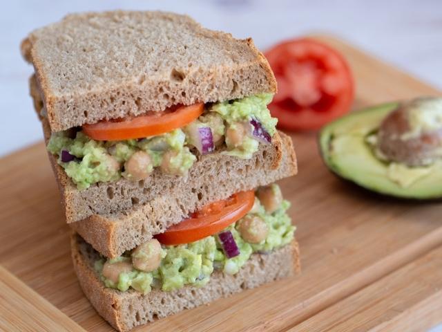 Csicseris-avokádós szendvics