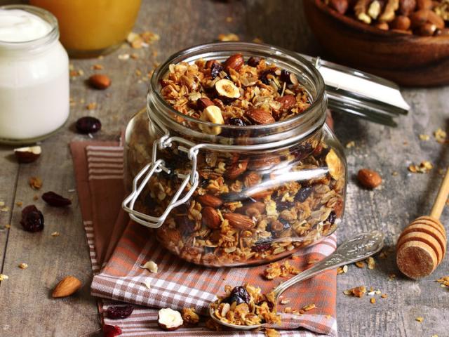Legyen változatos a reggelid! Egyik kedvencünk a granola, azaz a sült müzli