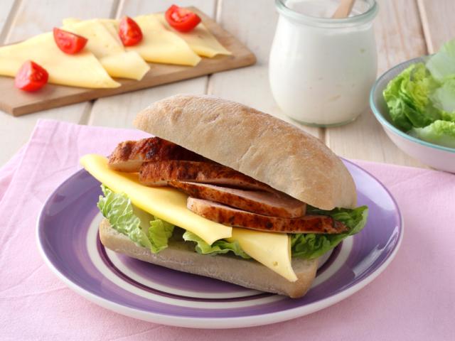 Sült csirkés szendvics szeletelt Ammerländer Trappista sajttal