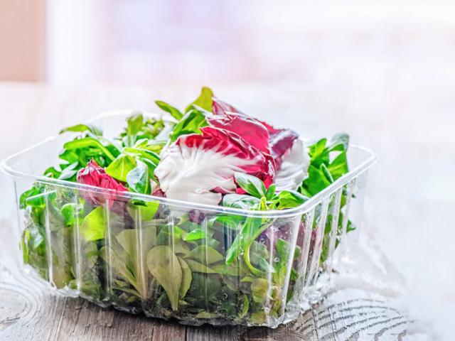 Mit kezdjünk a már nem teljesen friss zacskós salátával?