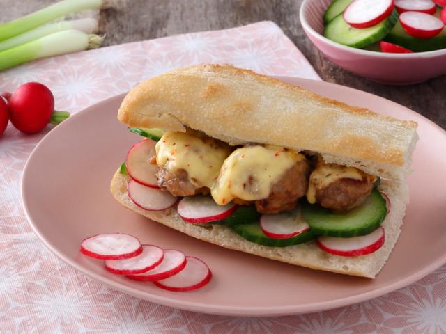 Húsgombócos szendvics szeletelt Paprikás Ammerländer sajttal