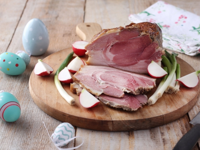 Tervezel sonkát a húsvéti asztalra? Akkor ma este érdemes nekiállni az elkészítésének!