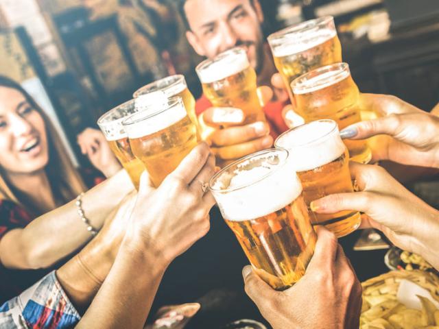 Vége a korlátozásoknak, 10 ezer korsó ingyen sör várja a budapestieket