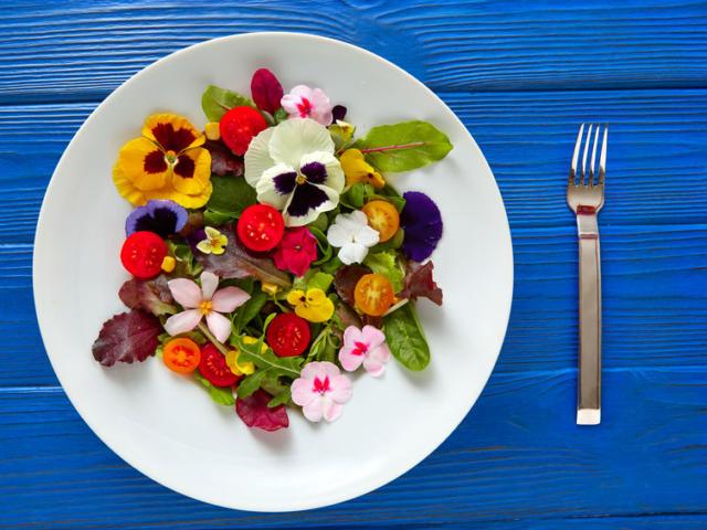 Dobjuk fel a tányérunkat ehető virágokkal!