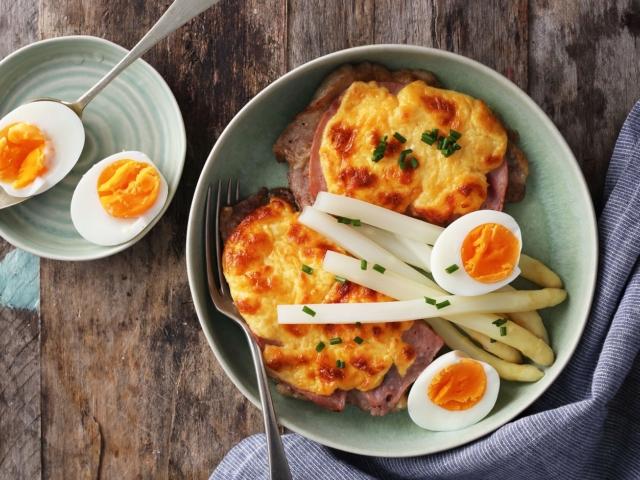 Sonkás-sajtos tarja spárgával és tojással