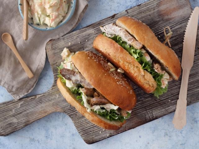 Sült tarjás-káposztasalátás szendvics