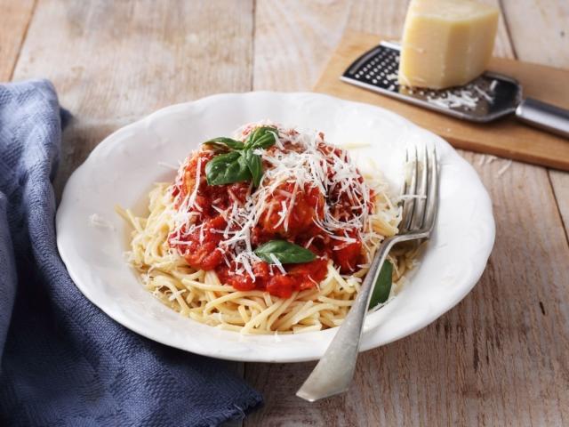 Húsgombócos-kolbászos spagetti