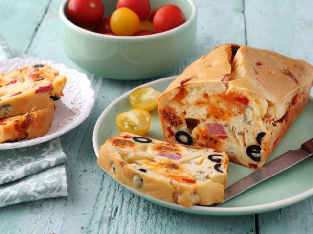 Sajtos kenyérsütemény sonkával, szalámival, olajbogyókkal és paprikával