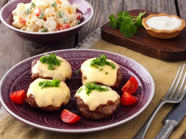 Sertés-marha fasírtok szeletelt Ammerländer Trappista sajttal és zöldséges tésztasalátával