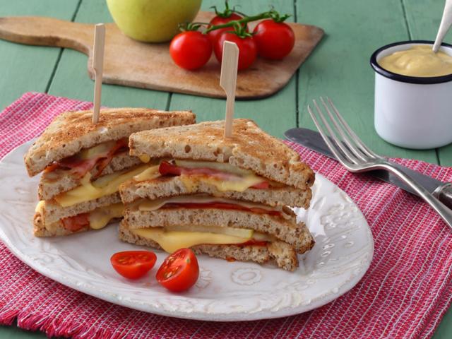 Fekete-erdei sonkával és almával töltött clubszendvics szeletelt Ammerländer Maasdamer sajttal