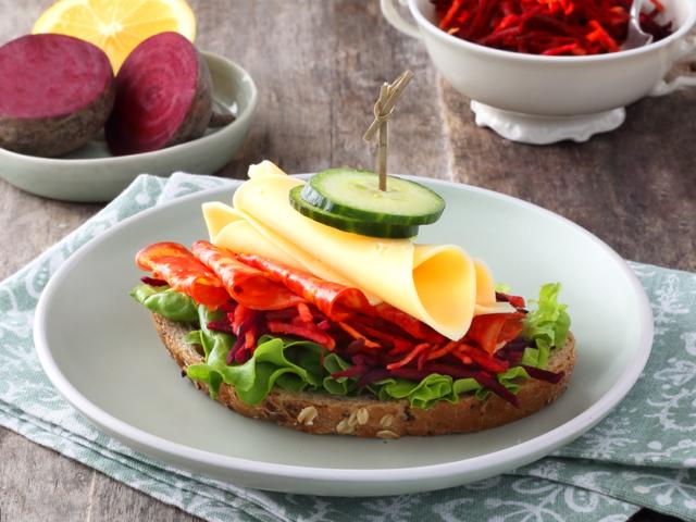 Céklasalátás szendvics szeletelt Ammerländer Gouda sajttal és szalámival