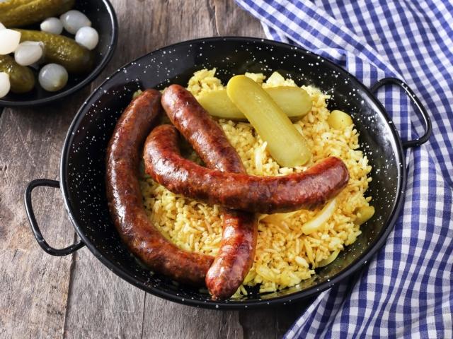 Oktoberfest-kolbász currys rizzsel