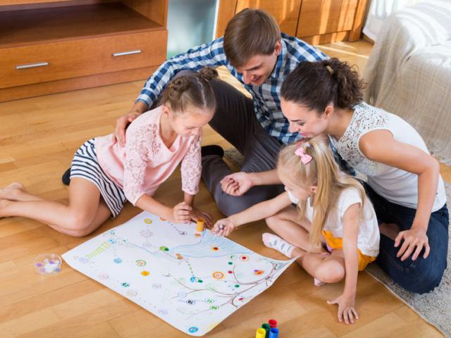 Otthon töltött esték – 5 dolog, amiért érdemes előkapni a család kedvenc társasjátékait