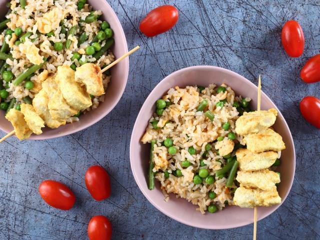 Tejfölös-currys csirkenyársak zöldséges barna rizzsel