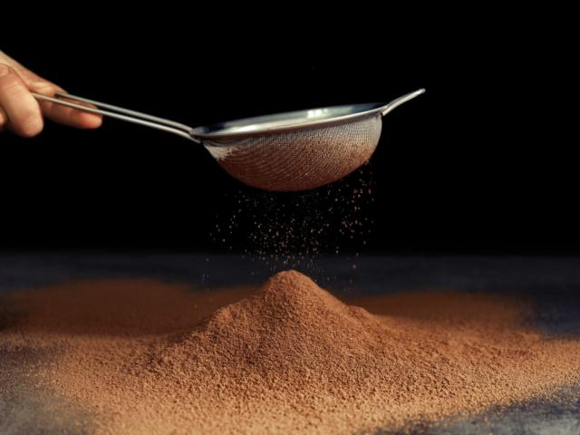 Ezért érdemes kakaóporral beszórni a tortaformát