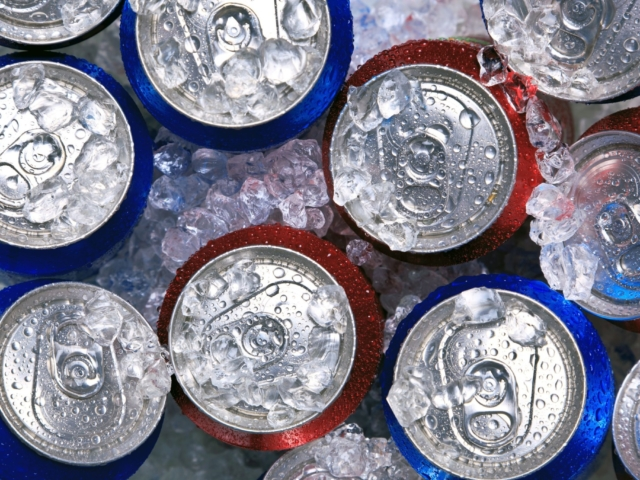 Mindjárt kezdődik a meccs és nincs hideg sör? Így hűtsd le gyorsan az italokat!
