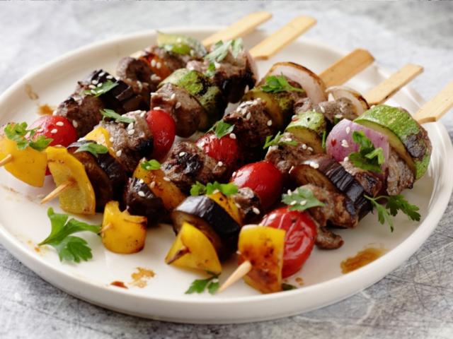 Pikáns marhahús saslik zöldségekkel