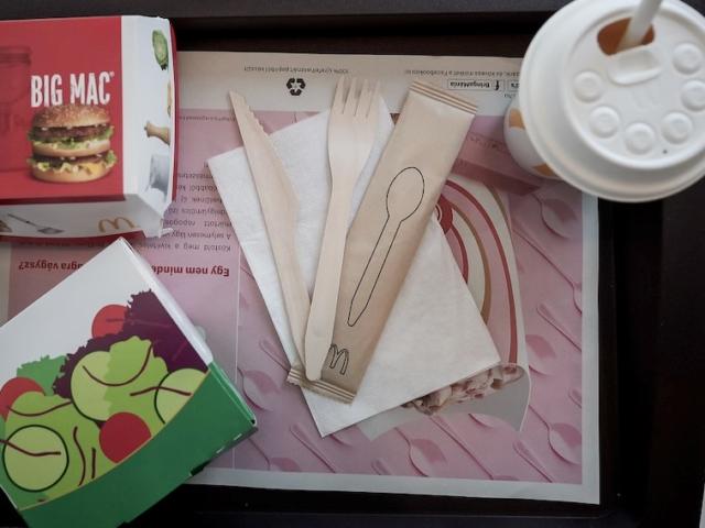 Megszabadul az egyszer használatos műanyagoktól a hazai McDonald's