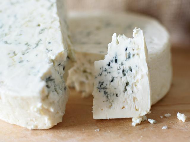 Valóban megfájdulhat a fejünk attól, ha kéksajtot eszünk?