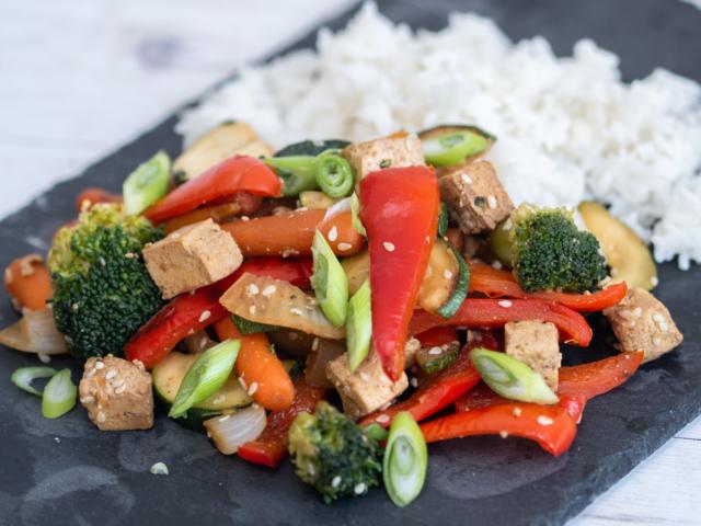 Serpenyős zöldséges tofu