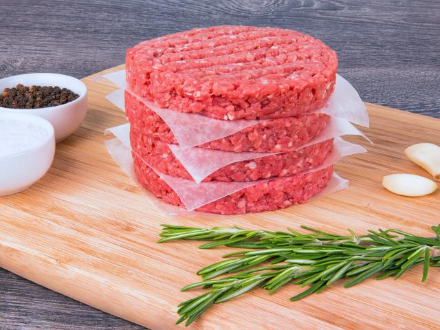 Miért érdemes jégkockát rejtenünk a hamburgerünk húspogácsájába?