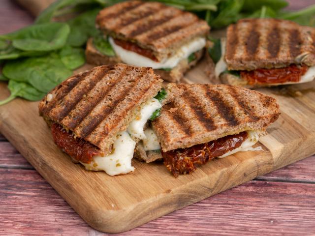 Grillsajtos-aszalt paradicsomos szendvics