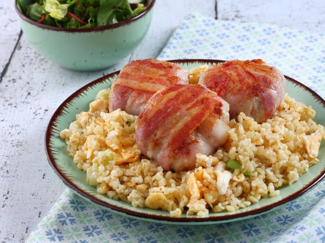 Baconbe csavart fasírtok tojásos bulgurral
