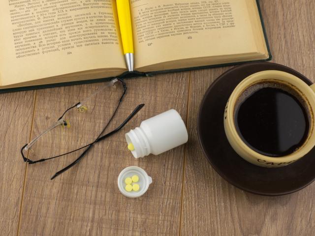 Koffeintablettát bekapni kávé helyett - szentségtörés, vagy praktikus dolog?
