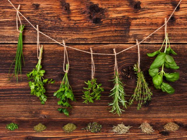Hogyan cserélhetőek fel a szárított és a friss zöldfűszerek?